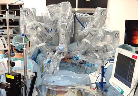 手術中:ダヴィンチを遠隔操作